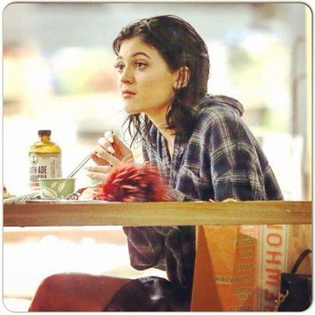 Kylie Jennar drinking kombucha